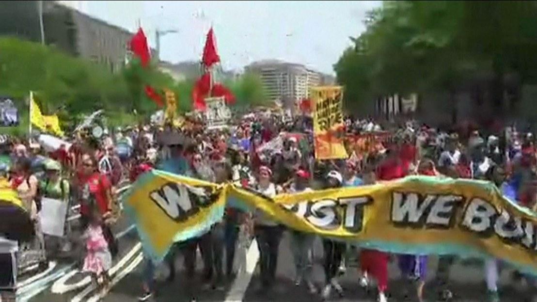Em Washington, ativistas protestam contra política climática de Trump em 100º dia degoverno
