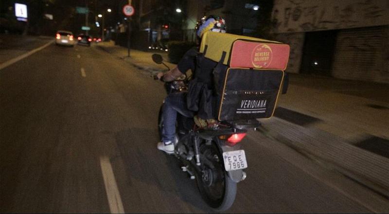 'Delivery Reverso' busca alimentos para doação na sua casa e entrega a quem temfome