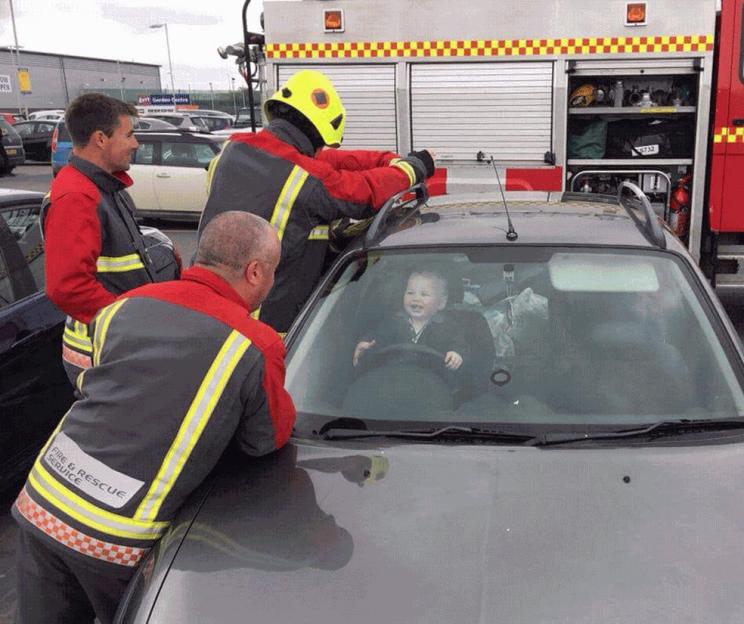 Bebê se tranca em carro e gargalha para bombeiros que faziamresgate