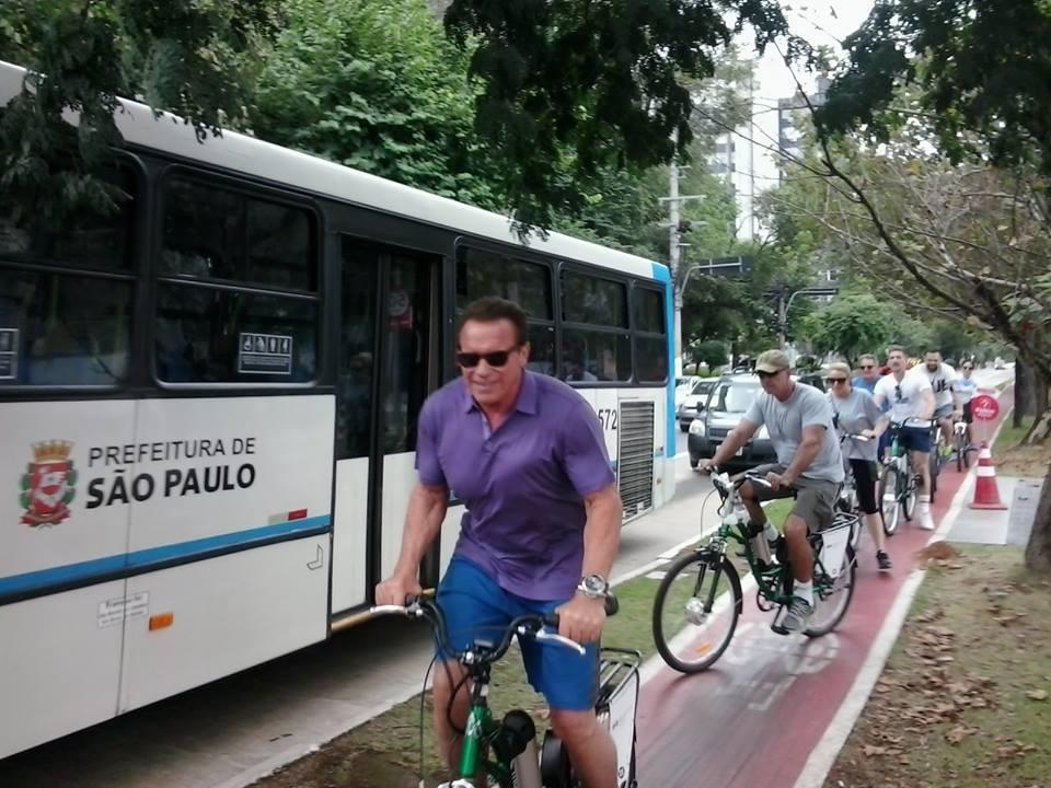 Arnold Schwarzenegger pedala por Zona Sul deSP