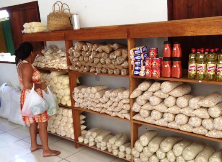 O 1º supermercado brasileiro em que clientes podem trocar lixo reciclável porcomida