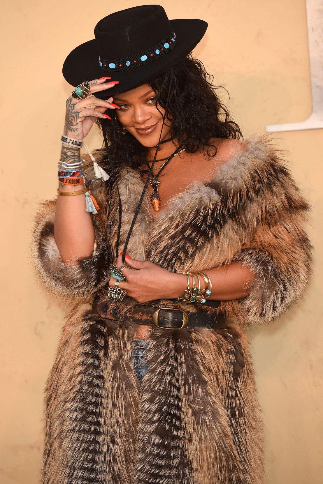 Rihanna usa casaco de pele de animais em evento de moda e desapontafãs