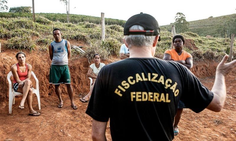 Fiscalização no Brasil de uma plantação de café