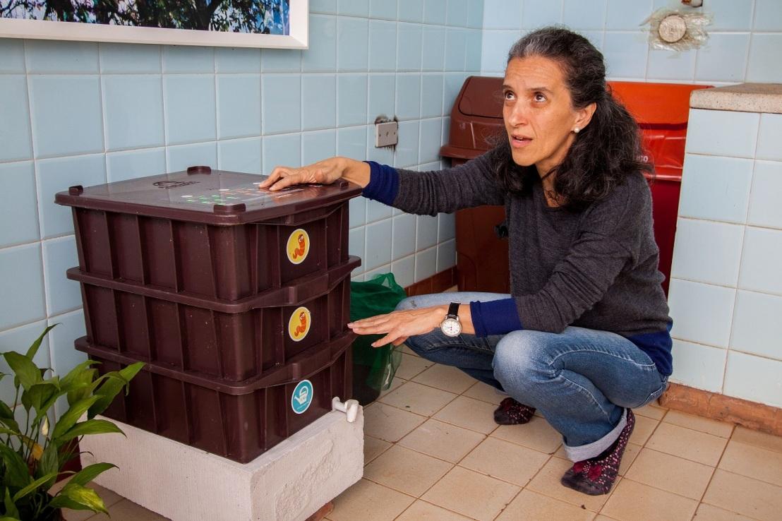 Maria-Augusta-mostra-composteira-do-Espaço-Criar-Foto-Douglas-Luzz-3
